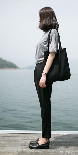 แฟชั่นสไตล์เกาหลี เสื้อยืดเทา กางเกงดำ