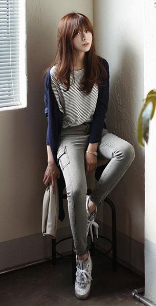 แฟชั่นสไตล์เกาหลี เสื้อลายขวาง สเว็ตเตอร์น้ำเงิน กางเกงยีนส์สีเทา