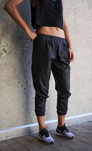 Jogging Pants สีเทาเข้ม เสื้อกล้ามสีดำ รองเท้า Nike