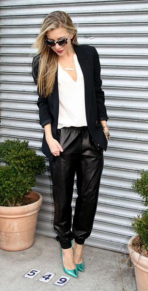 Jogging Pants หนัง Vince เสื้อคลุมสีดำ Zara เสื้อสีขาว Julie Brown, รองเท้าส้นสูง Jimmy Choo