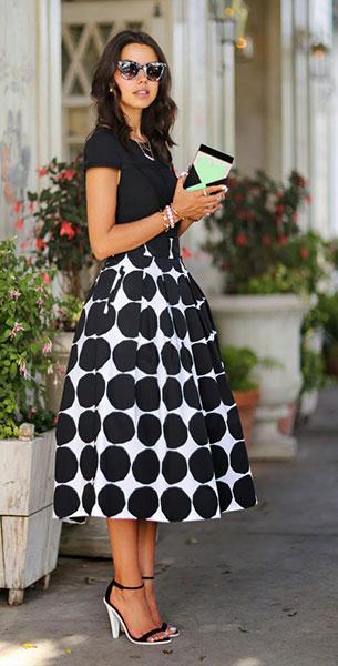 กระโปรง Polka Dot สีขาวจุดดำใหญ่ Banana Republic x Marimekko Kivet, เสื้อสีดำ Keepsake The Label, รองเท้าส้นสูง  Asos, กระเป๋า Rafe