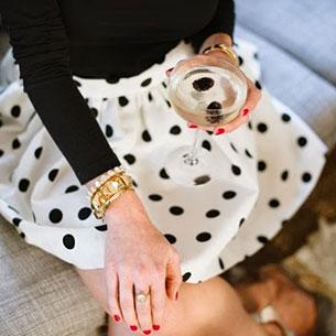 กระโปรง Polka Dot สีขาวจุดดำ, เสื้อสเว็ตเตอร์แขนยาวสีดำ