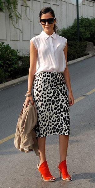 กระโปร  Leopard Vintage, เสื้อเชิ้ตแขนกุด สีขาว Alexander Wang, รองเท้าสีส้ม Balenciaga