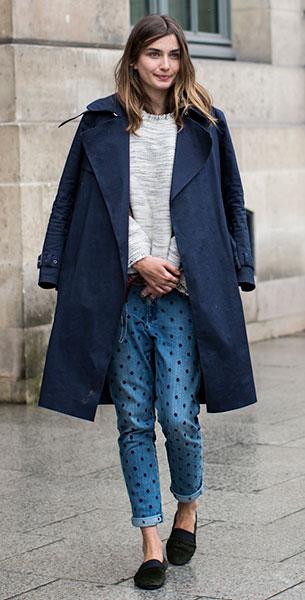 กางเกงยีนส์ Polka Dot, สเว็ตเตอร์สีเทา, เสื้อโค้สีน้ำเงิน