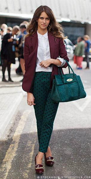 กางเกงลายจุด สีเขียวจุดขาว, เสื้อเชิ้ตสีขาว, เสื้อสูทสีเลือดหมู