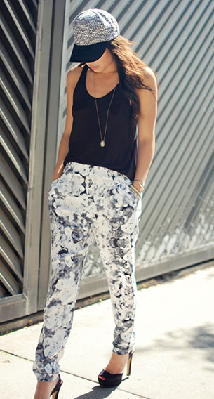 กางเกงลายดอกไม้ สีขาวดำ Topshop, เสื้อกล้ามสีดำ H&M, รองเท้าส้นสูง Zara, หมวก Asos, สร้อยคอ Topshop