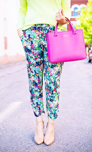กางเกงลายดอกไม้ Anthro, สเว็ตเตอร์สีเขียวนีออน BB Dakota, รองเท้า Seychelles, กระเป๋าสีชมพู Kate Spade