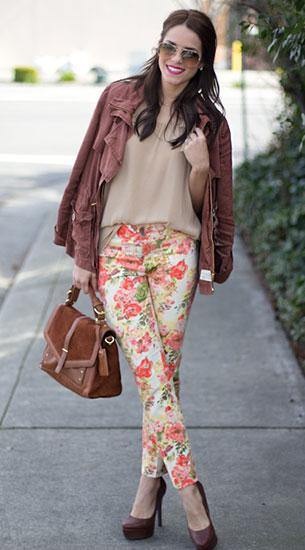 กางเกงลายดอกไม้ Anthropologie, เสื้อสีน้ำตาลอ่อน Zara, แจ็คเก็ต Anthropologie, รองเท้า Jessica Simpson, กระเป๋า Tory Burch