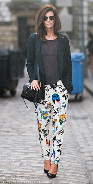 กางเกงลายดอก สีขาว Tibi, เสื้อยืดสีดำ Acne, แจ็คเก็ตสีเขียว Hofmann Copenhagen, รองเท้า Zara, กระเป๋า Proenza Schouler