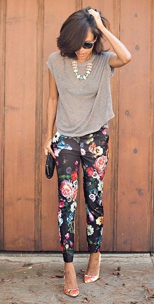 กางเกงลายดอก สีดำ Ted Baker, เสื้อสีเทา Urban Outfitters, รองเท้าลายดอกไม้ Ivanka Trump, กระเป๋า Vintage