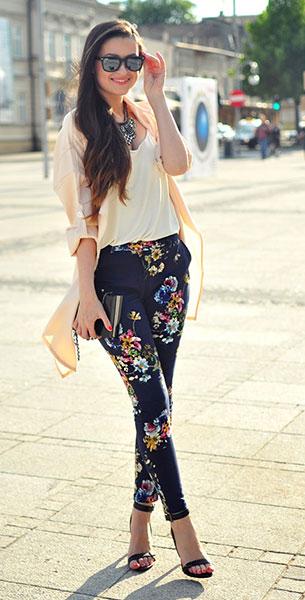 กางเกงลายดอก สีน้ำเงิน Sheinside, เสื้อสีขาว H&M, เสื้่อคลุมสีพีช Sheinside, รองเท้า Stradivarius, กระเป๋า Glitter