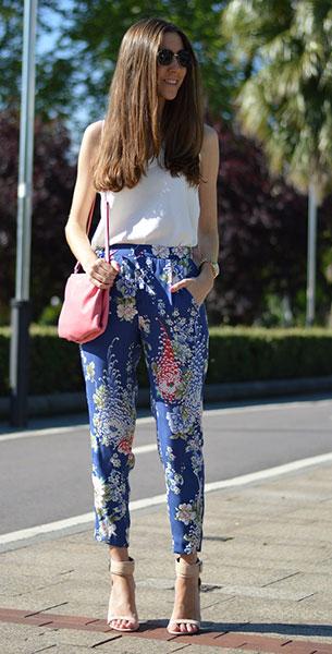 กางเกงลายดอก สีน้ำเงิน Zara, เสื้อขาวแขนกุด Zara, รองเท้าสีน้ำตาลอ่อน Zara, กระเป๋าสีชมพู Zara