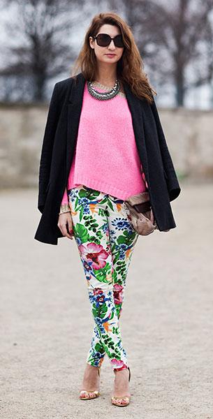 กางเกงลายดอก, เสื้อสูทสีดำ, สเว็ตเตอร์สีชมพู, รองเท้าสีทอง
