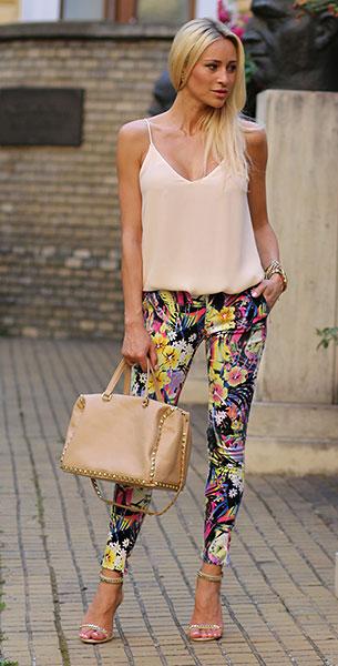 กางเกงลายดอก Sheinside, เสื้อสายเดี่ยวสีเบจ Zara, รองเท้า Stradivarius, กระเป๋าสีเบจ Zara