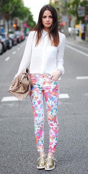 กางเกงลายดอก Zara, เสื้อเชิ้ตสีขาว Zara, รองเท้าสีทอง Zara, กระเป๋า Balenciaga, สร้อยข้อมือ Aristocrazy and Tiffany & Co