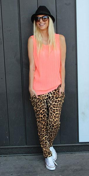 กางเกงลายเสือดาว Zara, เสื้อกล้าม สีพีช Zara, รองเท้า Converse, หมวก Aldo, แว่นตากันแดด D&G