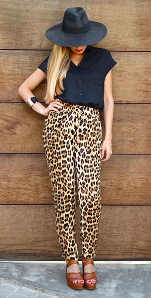 กางเกงลายเสือดาว Zara, เสื้อเชิ้ตแขนสั้น สีดำ Queen's Wardrobe, รองเท้า Pilar Burgos, กำไล Primark, หมวก Zara
