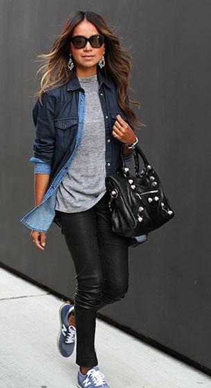 กางเกงหนัง Anine Bing เสื้อยืดสีเทา Vintage เสื้อเชิ้ตยีนส์ Sandro รองเท้า New Balance กระเป๋า Balenciaga