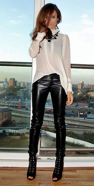 กางเกงหนัง Bershka เสื้อขาว BikBok รองเท้าบู๊ท H&M สร้อยคอ Primark