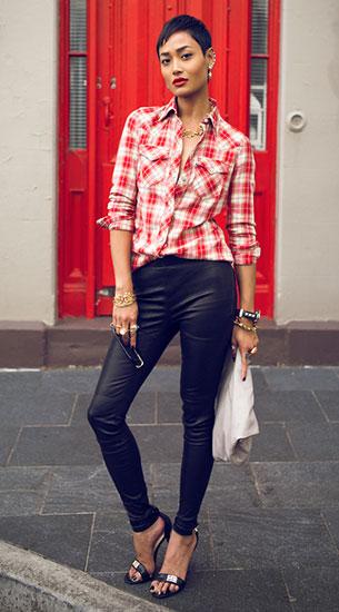 กางเกงหนัง Kookai เสื้อลายสก็อตสีแดง Levi's รองเท้าส้นสูง Glamour Puss กระเป๋าหนัง The Mode Collective