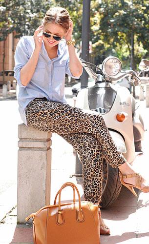 กางเกง  Leopard Zara, เสื้อเชิ้ต สีฟ้า Pull&Bear, กระเป๋า Oasap, เข็มขัด Accessorize, นาฬิกา Michael Kors, แว่นตากันแดด Ray Ban