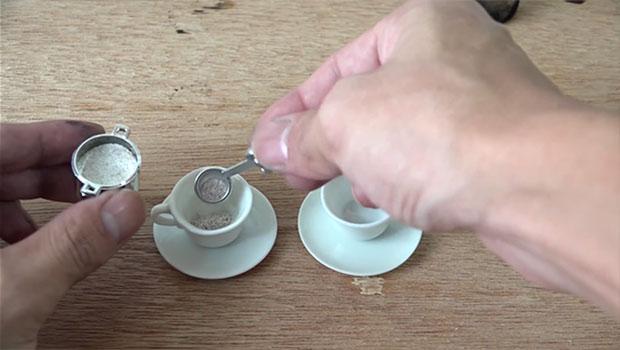 ครัวจิ๋ว เทผงกาแฟลงถ้วยกาแฟ