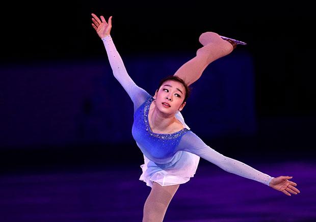 คิม ยูนา ชุดสีน้ำเงินสีขาวไล่สี