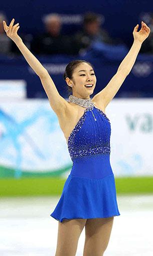 คิม ยูนา ชุดสีฟ้าประดับด้วยอัญมณี