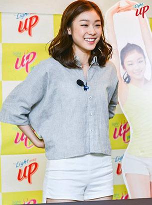 คิม ยูนา ชุดสีเทาฟ้า กางเกงขาสั้นสีขาว