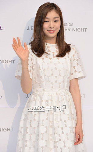 คิม ยูนา ชุดเดรสสีขาว