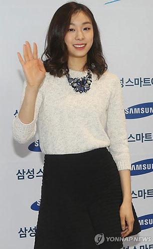 คิม ยูนา สเว็ตเตอร์สีขาว กระโปรงบานสั้นสีดำ สร้อยคอใหญ่