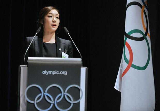 คิม ยูนา เสื้อคลุมสีดำ เดรสแขนกุด สีดำ เสนอให้พยองชางจัดโอลิมปิกฤดูหนาว