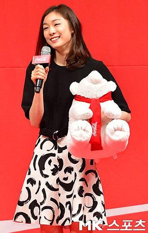 คิม ยูนา เสื้อสีดำ กระเป๋าสีขาว ลายวงกลมสีดำ