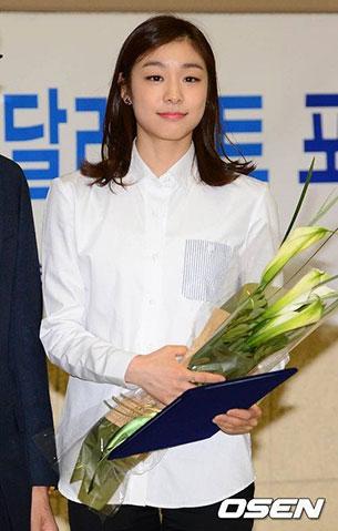 คิม ยูนา เสื้อเชิ้ตสีขาว