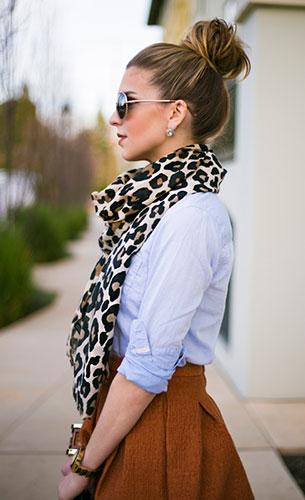 ผ้าพันคอลายเสือดาว, เสื้อ สีฟ้า H&M, กระโปรง สีส้ม H&M, ถุงน่อง Donna Karan, รองเท้าส้นสูง BCBG, กระเป๋า Kate Spade