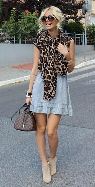ผ้าพันคอ  Leopard Zara, เดรสสีเทา Stradivarius, รองเท้าบู๊ท Zara, กระเป๋า Louis Vuitton, แว่นตากันแดด D&G