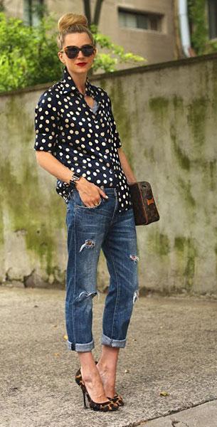 เสื้อเชิ้ตลายจุด สีน้ำเงินเข้มจุดขาว Equipment, กางเกงยีนส์ Current Elliot, รองเท้า Giuseppe Zanotti, กระเป๋า Louis Vuitton