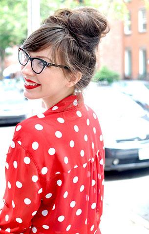 เสื้อเชิ้ตลายจุด สีแดงจุดขาว, กางเกงยีนส์ขาสั้น H&M, รองเท้า Beacon's Closet, กระเป๋า Rebecca Minkoff