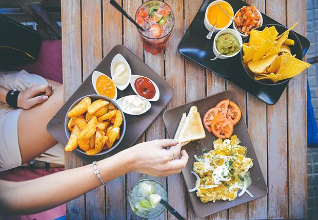 เหตุผลที่ควรไปทานอาหารมื้อค่ำแทนเที่ยวคลับ