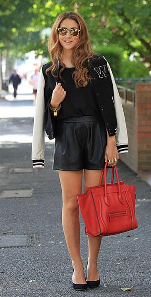 แจ็คเก็ตไฮสคูล สีดำแขนขาว H&M, เสื้อดำ Topshop, กางเกงขาสั้นสีดำ Zara, รองเท้าส้นสูง Supertrash, กระเป๋า Celine