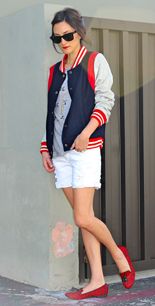 แจ็คเก็ตไฮสคูล สีน้ำเงินแขนเทาขอบแดง Shop Frankie's, เสื้อสีเทา StyleMint, กางเกงขาสั้นสีขาว Klique B