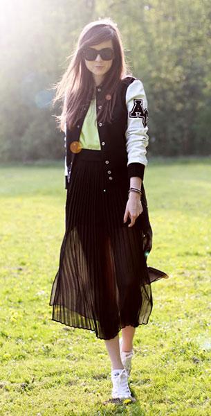 Varsity Jacket สีดำแขนขาว American College, เสื้อสีเขียว H&M, กระโปรงสีดำ H&M, กำไล Asos
