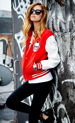 Varsity Jacket สีแดงแขนขาว Uncle York Terry, เสื้อยืดขาว The Blonde Salad, กางเกงยีนส์ J Brand, รองเท้าบู๊ท Balenciaga