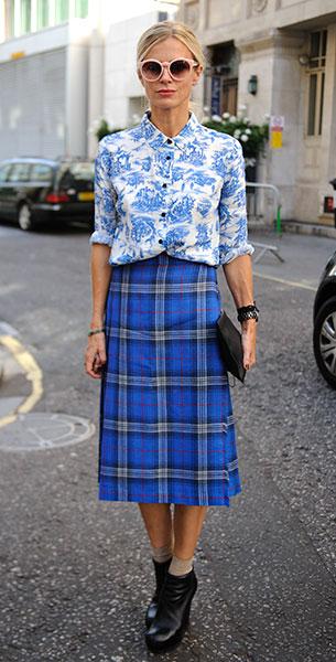 กระโปรงลายสก็อต สีน้ำเงิน, เสื้อเชิ้ต สีขาวลายพิมพ์สีฟ้า, รองเท้าบู๊ท