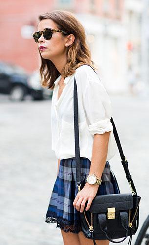 กระโปรงลายสก๊อต  สีน้ำเงิน Pau'la Boutique, เสื้อเชิ้ตสีขาว Mango, รองเท้า Zara, กระเป๋า 3.1 Phillip Lim, สร้อยคอ Brandy Melville