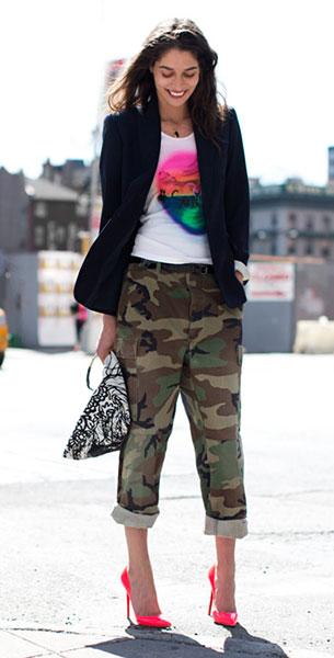 กางเกงลายทหาร, เสื้อยืดสีขาวสกรีน, เสื้อสูทสีดำ, รองเท้าสีชมพู, Tanya Ilieva