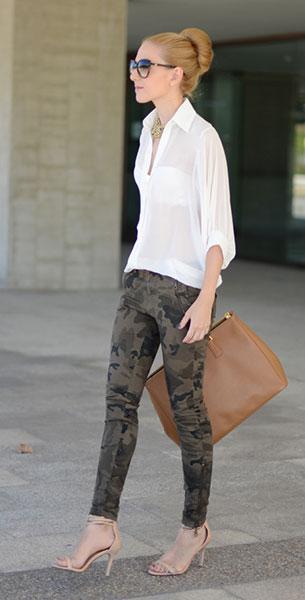 กางเกงลายทหาร Zara, เสื้อเชิ้ตสีขาว Queen's Wardrobe, รองเท้า Zara, กระเป๋า Prada, แว่นตากันแดด Gucci