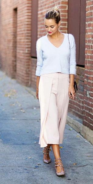 กางเกง Culottes สีขมพู Intermix, สเว็ตเตอร์สีฟ้า Intermix, รองเท้า Valentino, กระเป๋า Saint Laurent, แหวน ShopAnthom