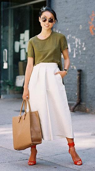 กางเกง Culottes สีขาว,  เสื้อยืดเขียวทหาร, รองเท้าสีแดง