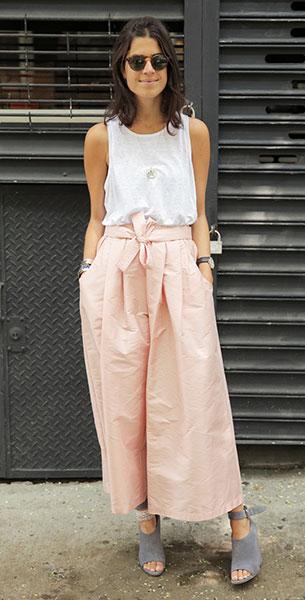 กางเกง Culottes สีชมพู Tome, เสื้อกล้ามสีขาว T by Alexander Wang, รองเท้าสีเทา Alexander Wang
